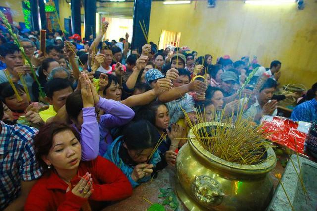 Chen lấn ngộp thở giữa trưa nắng để thắp hương, bốc tro cầu may tại chùa Bà - Ảnh 3.