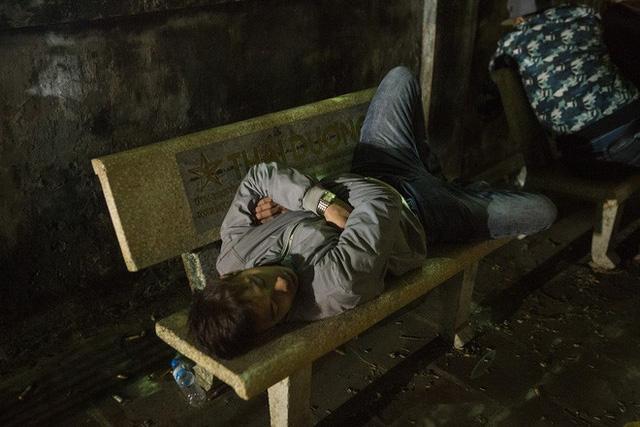 Cảnh người dân vật vờ trắng đêm chờ xin ấn đền Trần - Ảnh 4.