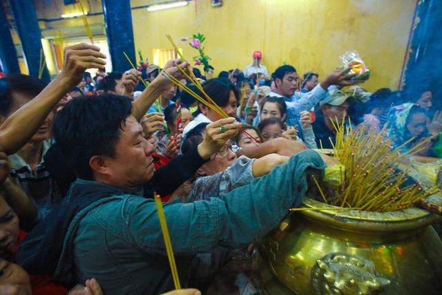Chen lấn ngộp thở giữa trưa nắng để thắp hương, bốc tro cầu may tại chùa Bà - Ảnh 4.