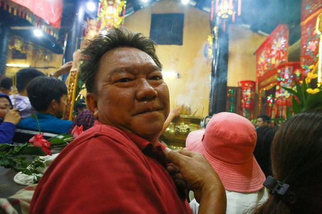Chen lấn ngộp thở giữa trưa nắng để thắp hương, bốc tro cầu may tại chùa Bà - Ảnh 6.