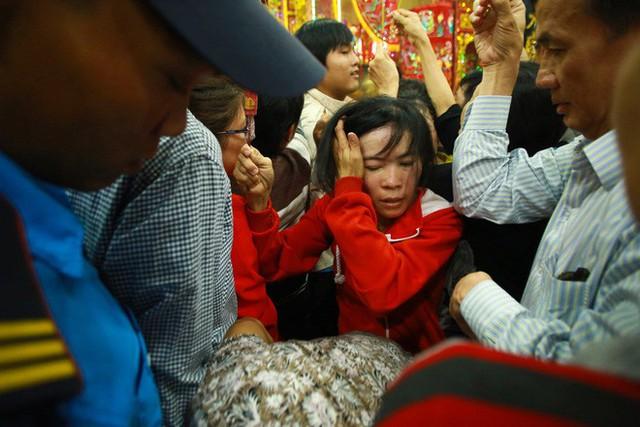Chen lấn ngộp thở giữa trưa nắng để thắp hương, bốc tro cầu may tại chùa Bà - Ảnh 7.