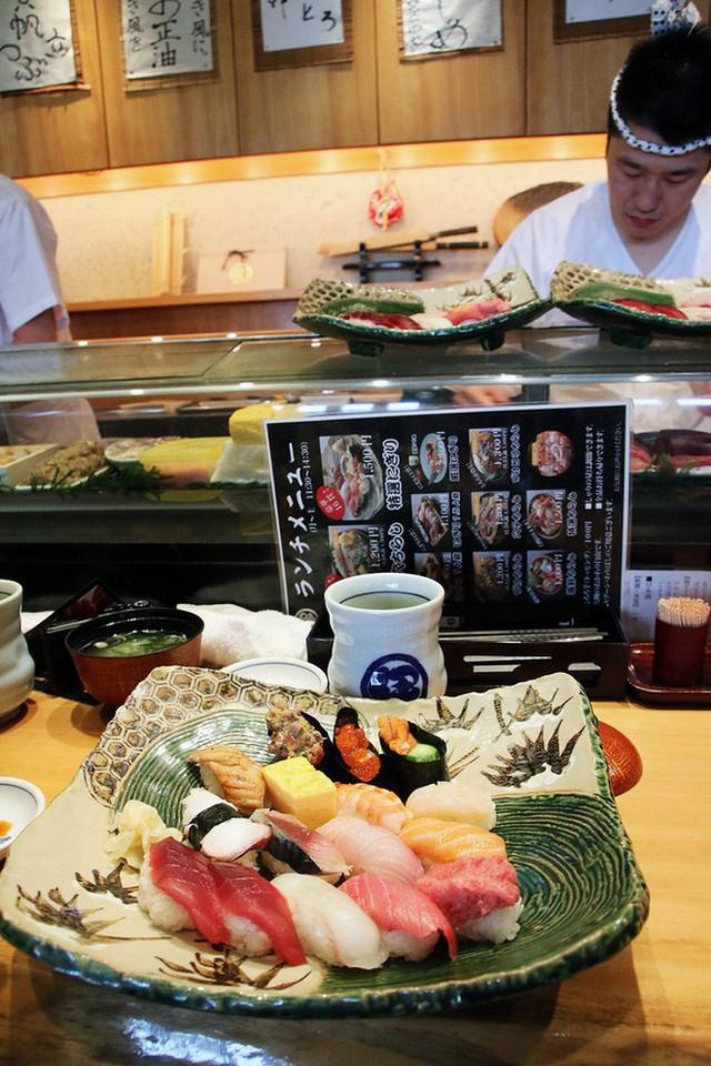 Blogger nổi tiếng Mark Wiens chia sẻ hành trình khám phá quán sushi cực ngon ở Tokyo - Ảnh 9.