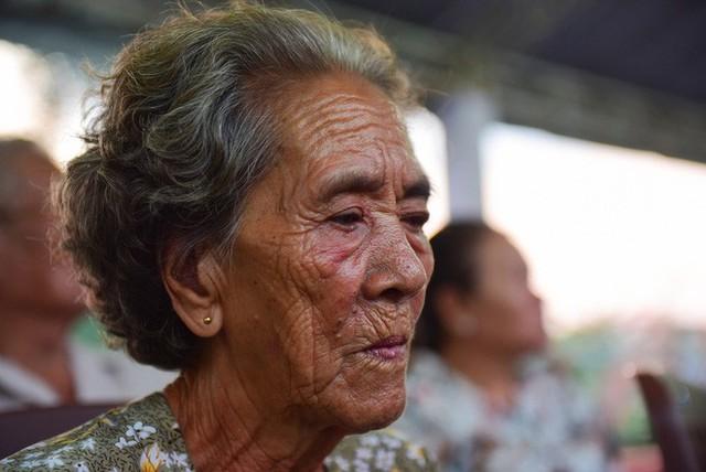 Hàng nghìn người dân đứng bên đường đưa tiễn linh cữu nguyên Thủ tướng Phan Văn Khải - Ảnh 2.