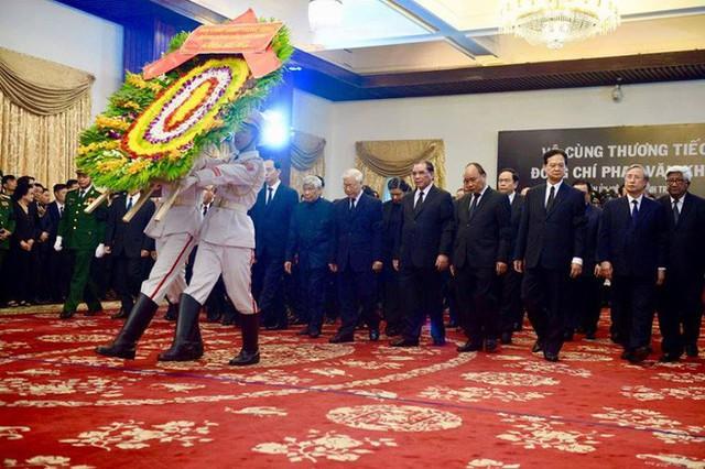 Nhiều đoàn lãnh đạo đến viếng cố Thủ tướng Phan Văn Khải tại Hội trường Thống Nhất - Ảnh 16.
