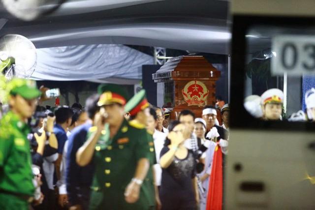 Hàng nghìn người dân đứng bên đường đưa tiễn linh cữu nguyên Thủ tướng Phan Văn Khải - Ảnh 4.