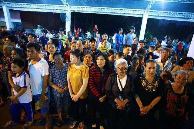 Hàng nghìn người dân đứng bên đường đưa tiễn linh cữu nguyên Thủ tướng Phan Văn Khải - Ảnh 5.