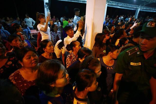 Hàng nghìn người dân đứng bên đường đưa tiễn linh cữu nguyên Thủ tướng Phan Văn Khải - Ảnh 6.