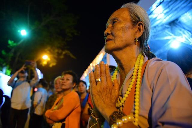 Hàng nghìn người dân đứng bên đường đưa tiễn linh cữu nguyên Thủ tướng Phan Văn Khải - Ảnh 7.