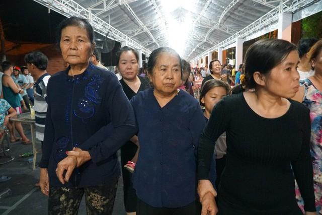 Hàng nghìn người dân đứng bên đường đưa tiễn linh cữu nguyên Thủ tướng Phan Văn Khải - Ảnh 8.