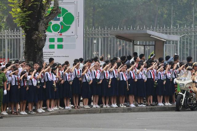 CHÙM ẢNH: Hoa và nước mắt trong ngày tiễn biệt cố Thủ Tướng Phan Văn Khải về với đất mẹ - Ảnh 1.