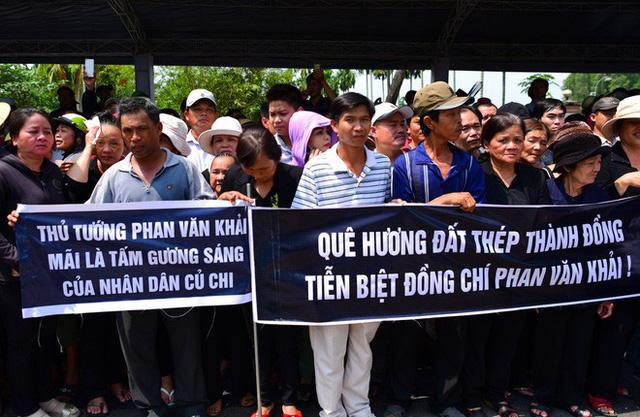 CHÙM ẢNH: Hoa và nước mắt trong ngày tiễn biệt cố Thủ Tướng Phan Văn Khải về với đất mẹ - Ảnh 11.