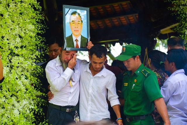 CHÙM ẢNH: Hoa và nước mắt trong ngày tiễn biệt cố Thủ Tướng Phan Văn Khải về với đất mẹ - Ảnh 13.