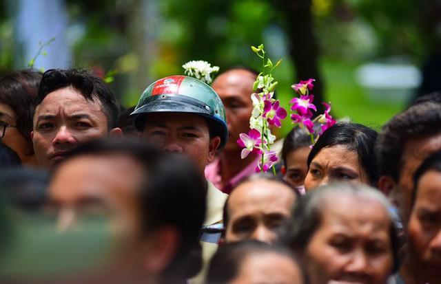 CHÙM ẢNH: Hoa và nước mắt trong ngày tiễn biệt cố Thủ Tướng Phan Văn Khải về với đất mẹ - Ảnh 17.