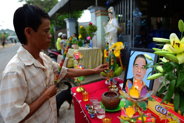 CHÙM ẢNH: Hoa và nước mắt trong ngày tiễn biệt cố Thủ Tướng Phan Văn Khải về với đất mẹ - Ảnh 3.
