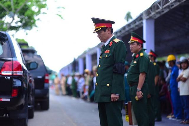 CHÙM ẢNH: Hoa và nước mắt trong ngày tiễn biệt cố Thủ Tướng Phan Văn Khải về với đất mẹ - Ảnh 4.