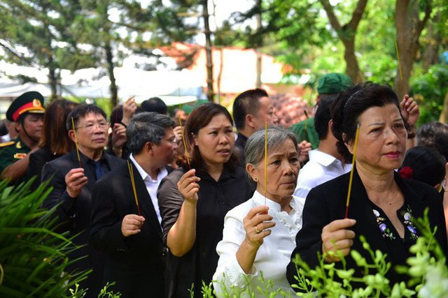 CHÙM ẢNH: Hoa và nước mắt trong ngày tiễn biệt cố Thủ Tướng Phan Văn Khải về với đất mẹ - Ảnh 5.