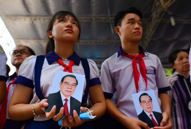 CHÙM ẢNH: Hoa và nước mắt trong ngày tiễn biệt cố Thủ Tướng Phan Văn Khải về với đất mẹ - Ảnh 6.
