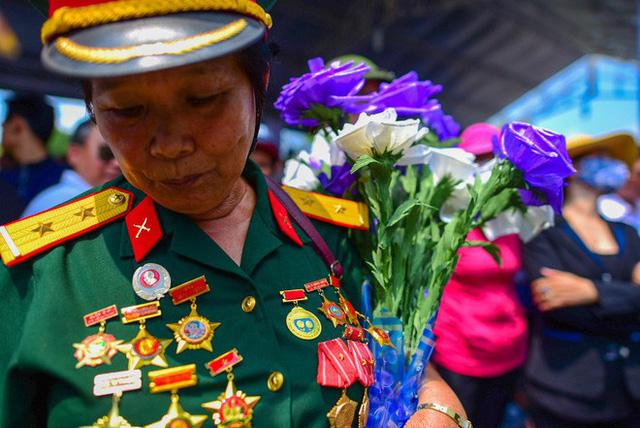 CHÙM ẢNH: Hoa và nước mắt trong ngày tiễn biệt cố Thủ Tướng Phan Văn Khải về với đất mẹ - Ảnh 8.