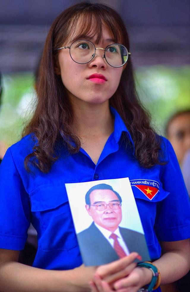 CHÙM ẢNH: Hoa và nước mắt trong ngày tiễn biệt cố Thủ Tướng Phan Văn Khải về với đất mẹ - Ảnh 9.