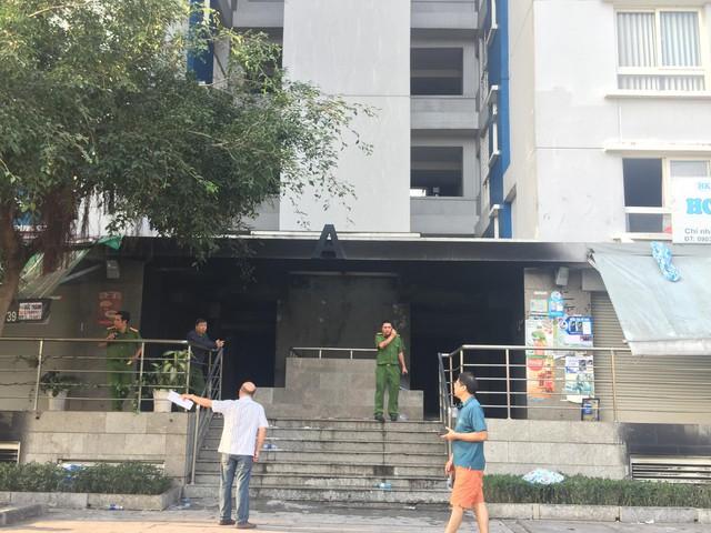 Cận cảnh hiện trường tan hoang sau vụ cháy chung cư Carina Plaza khiến 13 người chết - Ảnh 8.