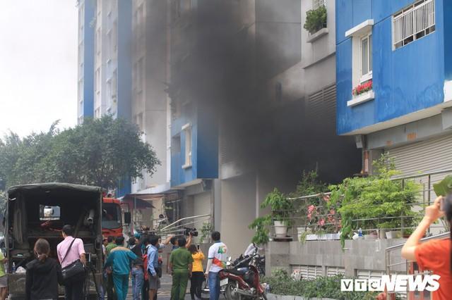 Cháy chung cư Carina ở TP.HCM: Thêm một nạn nhân không qua khỏi - Ảnh 2.
