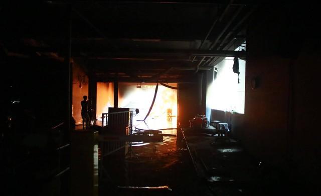 Nữ phóng viên chụp bức ảnh anh lính cứu hỏa bị bỏng tuột da tay: Anh ấy chỉ ngồi đó, mắt vẫn hướng về đồng đội và đám cháy - Ảnh 2.