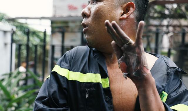 Gặp anh lính cứu hỏa bị bỏng tuột da tay: Thấy máy bơm trục trặc tôi định tiến đến sửa thì nó phát nổ - Ảnh 1.