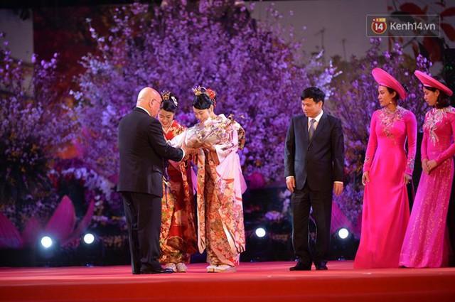 Nữ hoàng và công chúa hoa anh đào trao hoa khai mạc lễ hội giao lưu văn hoá Việt Nam - Nhật Bản - Ảnh 8.