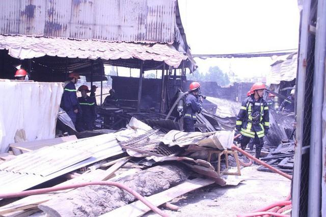 Lại xảy ra cháy ở Sài Gòn, xưởng gỗ bị thiêu rụi - Ảnh 1.
