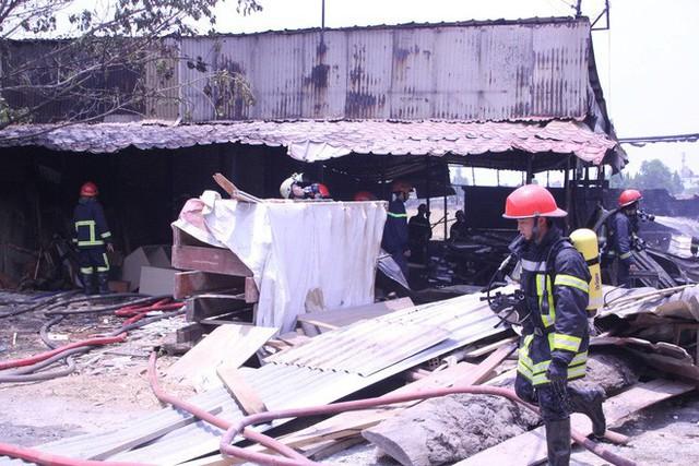Lại xảy ra cháy ở Sài Gòn, xưởng gỗ bị thiêu rụi - Ảnh 2.