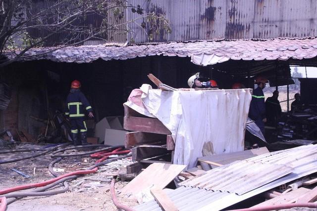 Lại xảy ra cháy ở Sài Gòn, xưởng gỗ bị thiêu rụi - Ảnh 3.