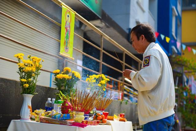 Cư dân Carina làm lễ cầu siêu cho 13 nạn nhân tử vong trong vụ cháy - Ảnh 1.