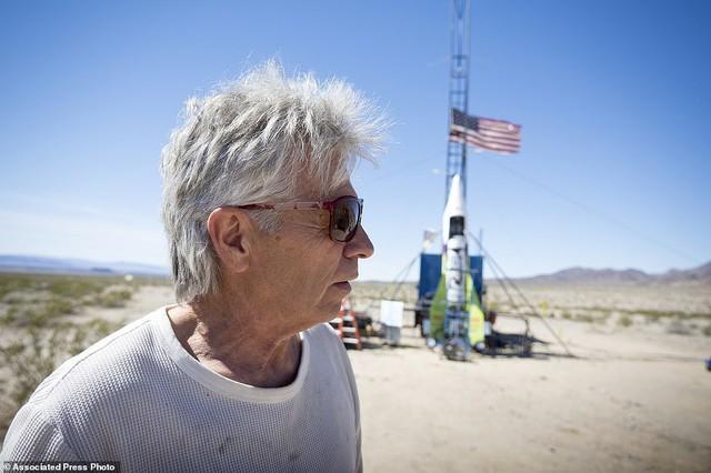 Tin rằng trái đất hình phẳng, người đàn ông 61 tuổi tự bắn mình lên không trung bằng tên lửa tự chế để kiểm nghiệm - Ảnh 5.
