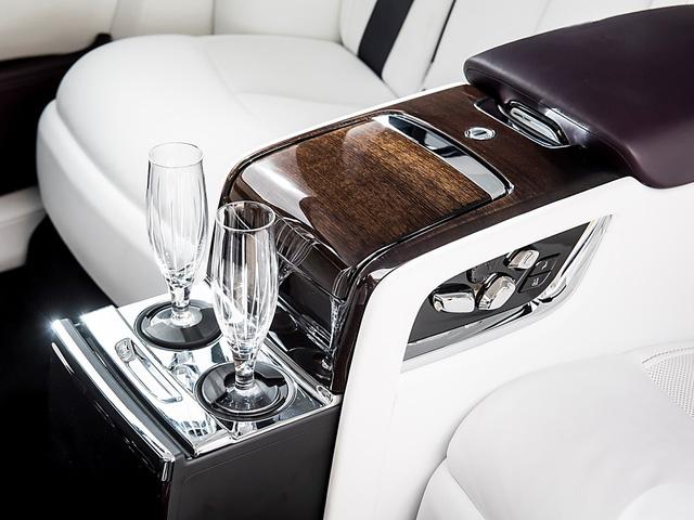 Cận cảnh Rolls-Royce Phan Tom VIII: Siêu xe sang khiến bạn cách biệt hoàn toàn thế giới bên ngoài  - Ảnh 8.