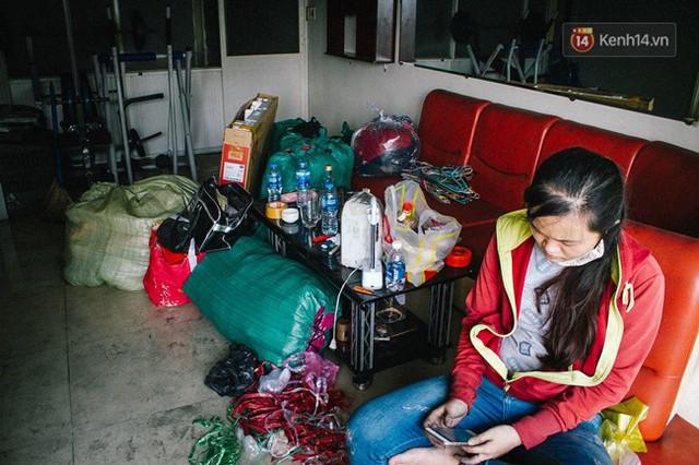 Khổ như cư dân chung cư Carina sau vụ cháy: Cõng tủ lạnh xuống mấy tầng lầu, dùng ròng rọc chuyển đồ suốt nhiều ngày liền - Ảnh 4.