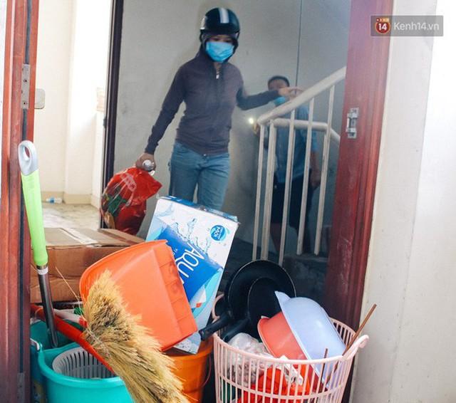 Khổ như cư dân chung cư Carina sau vụ cháy: Cõng tủ lạnh xuống mấy tầng lầu, dùng ròng rọc chuyển đồ suốt nhiều ngày liền - Ảnh 8.