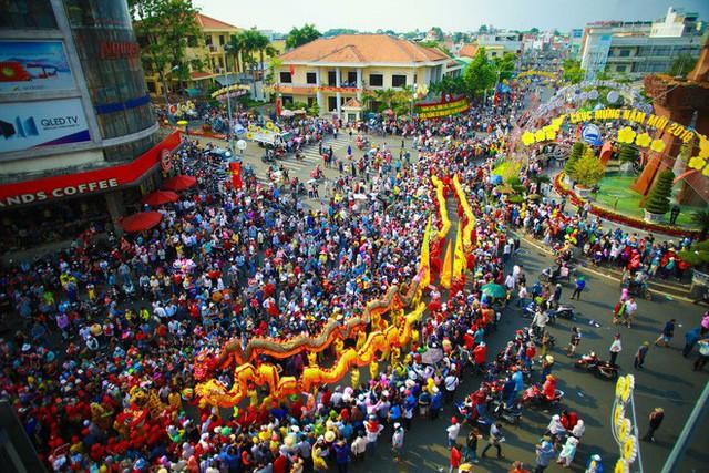Lễ rước Bà Thiên Hậu thu hút hàng vạn du khách đổ về Thủ Dầu Một - Ảnh 2.