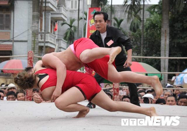 Video: Nữ đô vật quật lấm lưng, trắng bụng trai đất Cảng trong hội làng Vân - Ảnh 1.