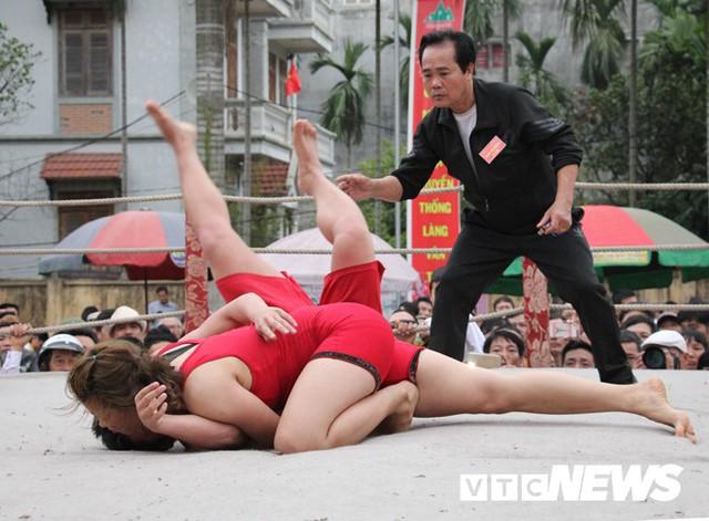 Video: Nữ đô vật quật lấm lưng, trắng bụng trai đất Cảng trong hội làng Vân - Ảnh 2.