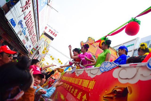Lễ rước Bà Thiên Hậu thu hút hàng vạn du khách đổ về Thủ Dầu Một - Ảnh 11.