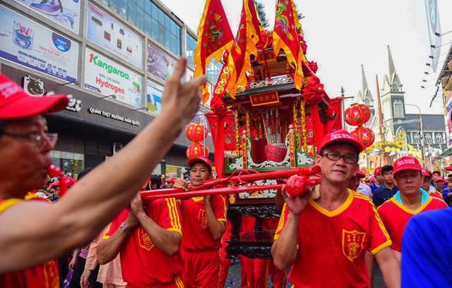 Lễ rước Bà Thiên Hậu thu hút hàng vạn du khách đổ về Thủ Dầu Một - Ảnh 13.