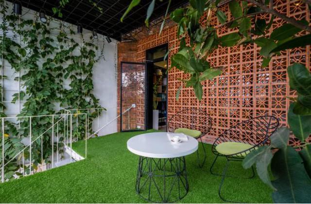 Căn nhà ống hai tầng từ xưởng gỗ cũ ở Đà Nẵng đẹp lung linh trên báo ngoại - Ảnh 15.