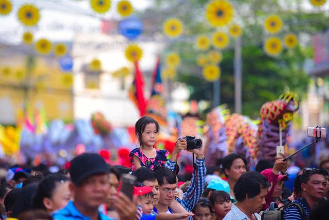 Lễ rước Bà Thiên Hậu thu hút hàng vạn du khách đổ về Thủ Dầu Một - Ảnh 3.