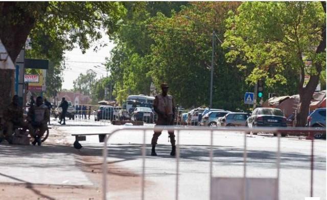 Nóng: Đại sứ quán Pháp ở Burkina Faso bị tấn công khủng bố, nhiều người thiệt mạng - Ảnh 3.
