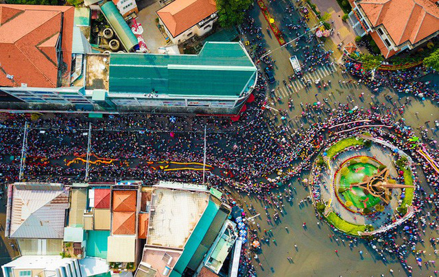 Lễ rước Bà Thiên Hậu thu hút hàng vạn du khách đổ về Thủ Dầu Một - Ảnh 4.