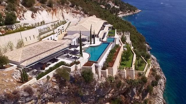 10 khu nghỉ dưỡng đẹp như mơ cạnh bãi biển ở châu Âu dành cho giới thượng lưu nghỉ dưỡng mùa hè này - Ảnh 1.