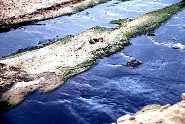 Nước thải đen ngòm chảy xuống bãi biển Nam Ô - Ảnh 1.