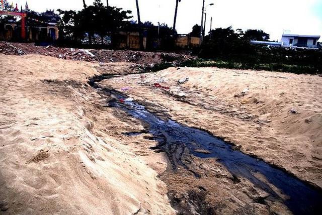 Nước thải đen ngòm chảy xuống bãi biển Nam Ô - Ảnh 2.