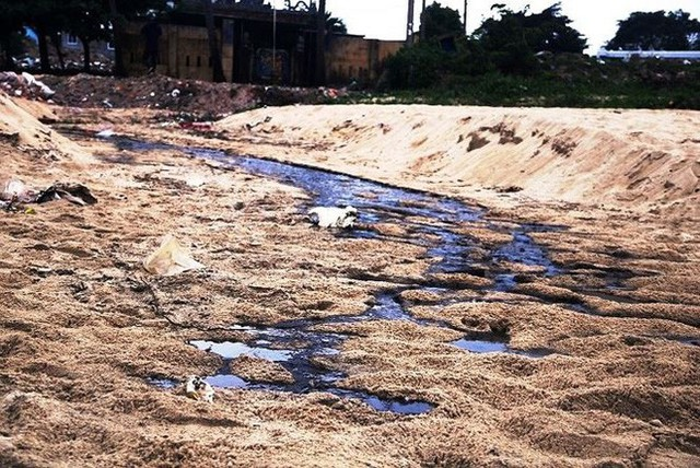 Nước thải đen ngòm chảy xuống bãi biển Nam Ô - Ảnh 3.