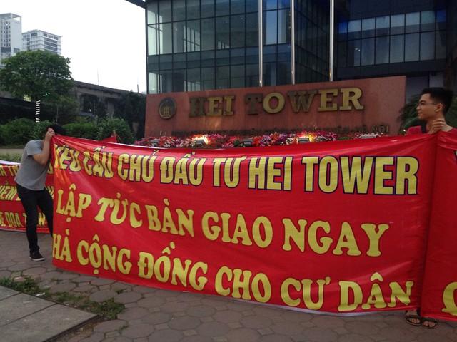 Chung cư đẳng cấp Hei Tower có vấn đề về PCCC, cư dân tràn ra 1 vài con phố căng băng rôn phản đối chủ đầu tư - Ảnh 1.